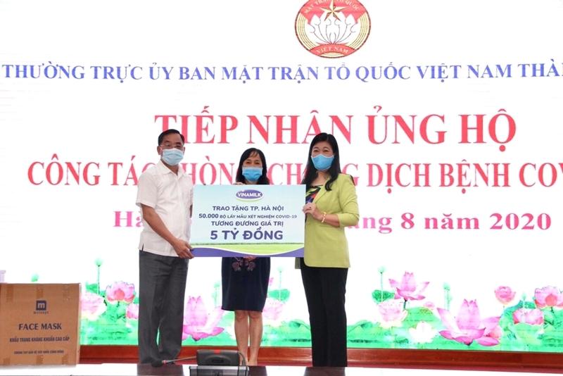 Vinamilk ủng hộ 8 tỷ đồng giúp Hà Nội và 3 tỉnh miền Trung chống dịch