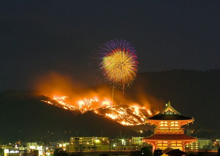 Lạ kỳ lễ hội đốt cháy ngọn núi chỉ có ở Nhật Bản