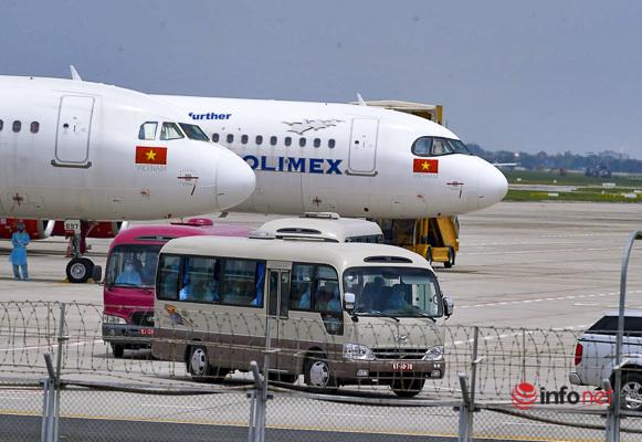 Chuyến bay đầu tiên đưa 202 du khách từ Đà Nẵng về Hà Nội