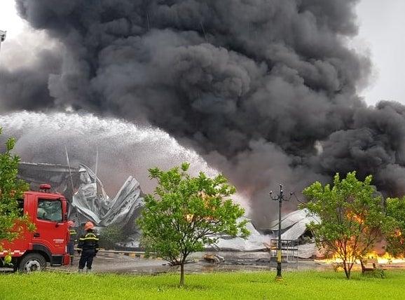 Lửa cháy ngùn ngụt lúc sáng sớm, khu nhà xưởng hơn 2.000m2 đổ sập