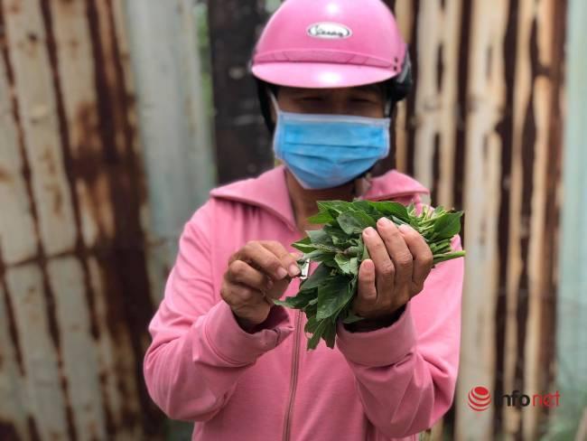 Bữa cơm đạm bạc của người lao động nghèo mắc kẹt ở Đà Nẵng