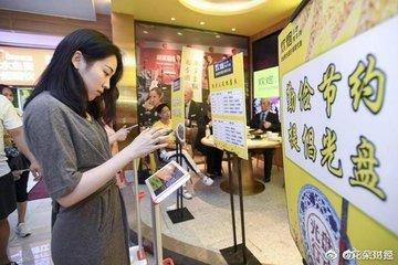 Thực khách lên bàn cân trước khi chọn món ở nhà hàng Trung Quốc