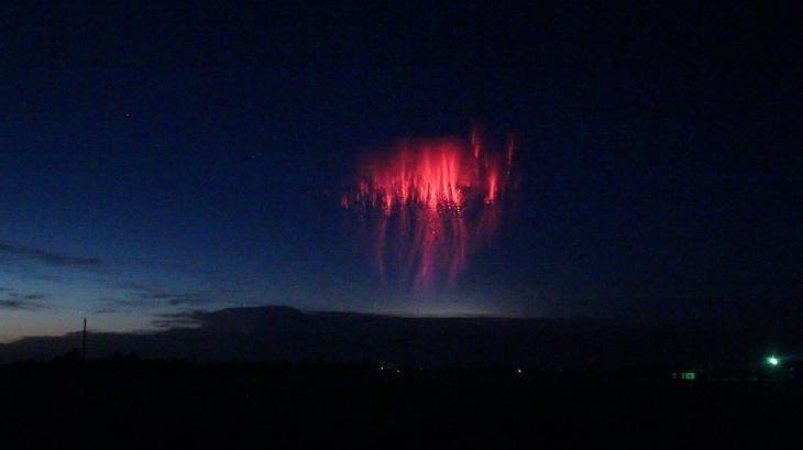 Kinh ngạc ảnh 'sứa đỏ' xuất hiện giữa bầu trời trong cơn giông bão