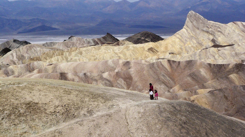 Cận cảnh thung lũng chết California trải qua thời gian 56 độ C