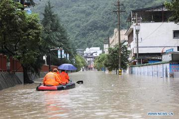Hơn 10.000 người ở vùng khô hạn nhất Trung Quốc bị mắc kẹt vì mưa lũ