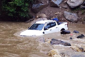 Mưa lũ cuốn trôi ô tô, gây sạt lở nhiều tuyến đường Lào Cai
