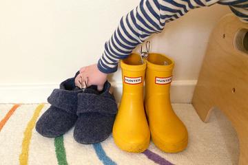 8 cách giúp con tự đi giày đúng chân