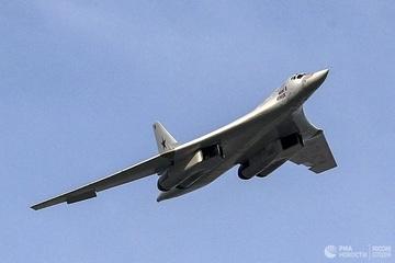 Cận cảnh 'Thiên nga trắng' Tu-160 của Nga thả tên lửa
