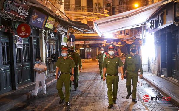Hà Nội: Hàng quán đồng loạt lắp vách ngăn, thực khách xì xụp ăn uống