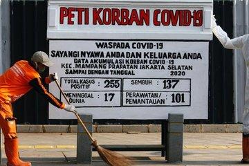 Indonesia đặt quan tài giữa phố để cảnh báo Covid-19 nguy hiểm