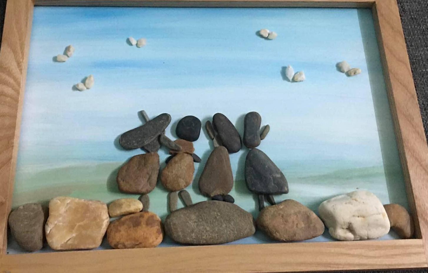 Sỏi đá vô tri 'biến hình' thành tranh nghệ thuật