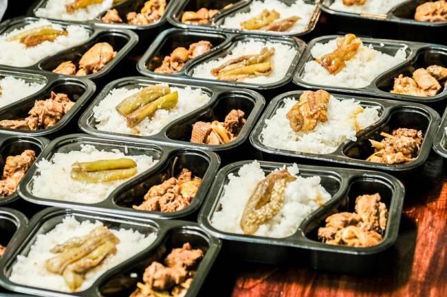 Trăm ông chủ nhà hàng bắt tay nấu ngàn suất cơm ngon gửi các khu cách ly mỗi ngày