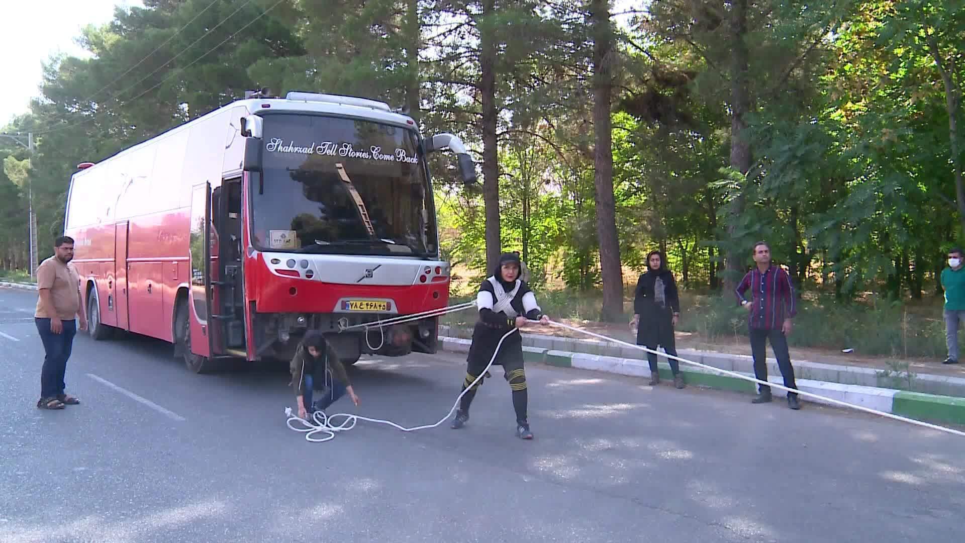 Nữ 'dị nhân' Iran tay không kéo xe buýt 18 tấn