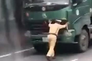 Cảnh sát chạy lùi ngược trước mũi xe tải vì tưởng tài xế lên cabin lấy giấy tờ