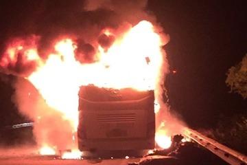 Hà Tĩnh: Xe khách bốc cháy trong đêm, hành khách tỉnh giấc tháo chạy