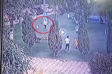 Video cảnh báo bố mẹ mải mê điện thoại, 1 phút lơ là đủ để kẻ xấu bắt cóc trẻ em