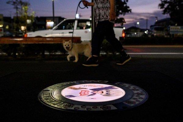 Nắp cống phát sáng chống tội phạm ban đêm ở Nhật Bản