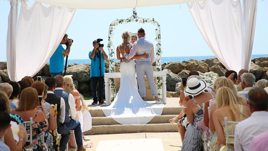Người Síp bị cấm hôn và khiêu vũ trong đám cưới vì Covid-19