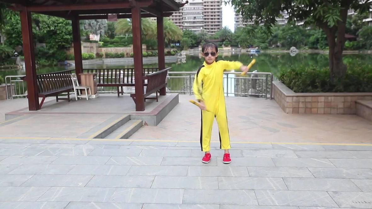 Choáng với bé gái 7 tuổi múa côn nhị khúc như Lý Tiểu Long