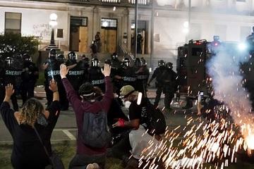 Bang Wisconsin, Mỹ 'chìm trong biển lửa' sau vụ cảnh sát bắn người da màu