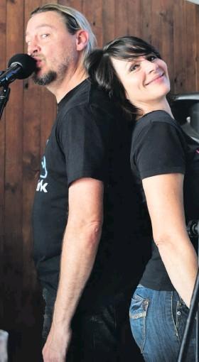 Cặp đôi Nam Phi phá kỷ lục Karaoke thế giới, hát trong 35 giờ không nghỉ