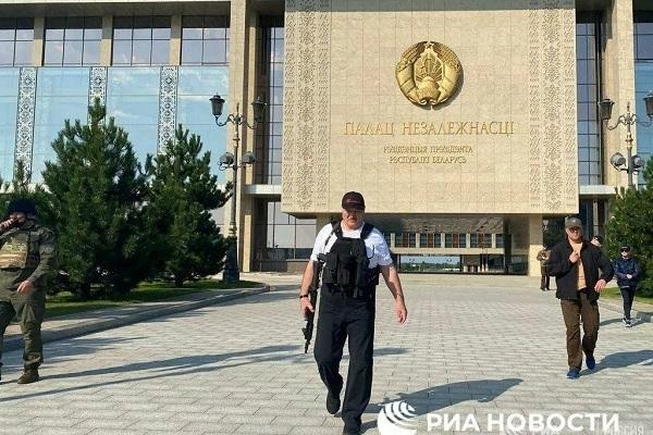 Tổng thống Belarus Lukashenko xuất hiện với 'vật thể lạ' trên tay