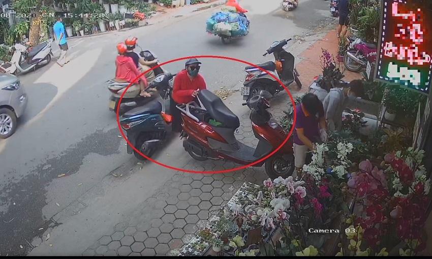 'Nữ quái' diện đẹp bật cốp xe trộm ví chỉ 10 giây, nạn nhân vẫn mải miết chọn hoa