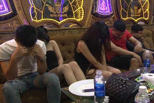 Huế: Kiểm tra bất ngờ quán Karaoke Royal giữa đêm, phát hiện 11 nam nữ phê ma túy