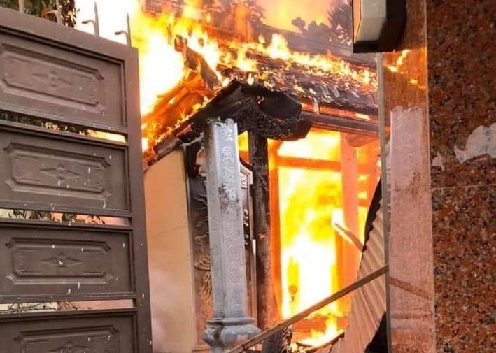 Nhà thờ họ bị 'bà hỏa' thiêu rụi sáng ngày Rằm tháng Bảy