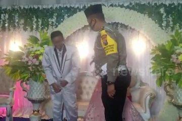 Chú rể bị phạt chống đẩy ngay tại đám cưới vì không đeo khẩu trang