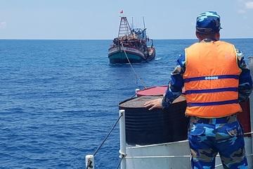 Lực lượng hải quân tham gia cấp cứungư dân bị nạn trên biển