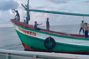 Tàu 792 khám, cấp thuốc cho ngư dân gặp sự cố khi đang đánh bắt cá
