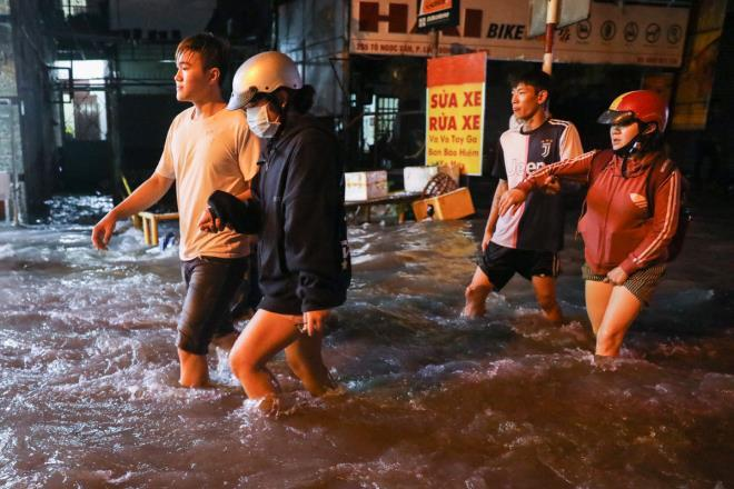 Nước cuồn cuộn trên đường sau mưa lớn, ô tô tông 5 xe dừng đèn đỏ ở TP.HCM