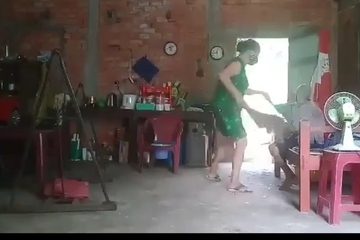 Con gái đánh đập, xúc rác đổ lên đầu mẹ già: Quả báo đến nhanh thôi!