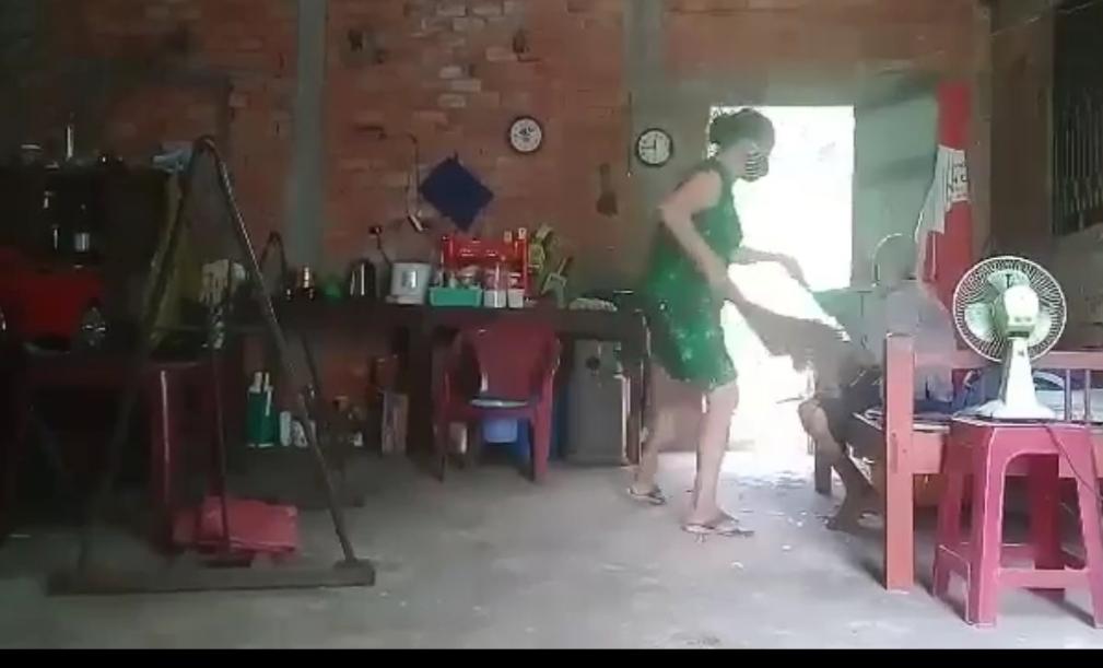 con gái xúc rác đổ lên đầu mẹ già Long An