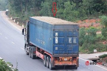"""Xe cắt nóc container chở cát đắp ngọn """"làm mưa làm gió"""" trên đường Hồ Chí Minh"""