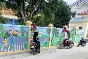Con đi học mẫu giáo, mẹ trèo xe máy để ngó nhìn chăm chăm qua bức tường