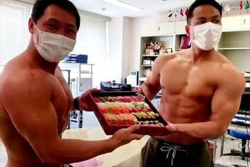 Dàn shipper 'cực lạ' của nhà hàng sushi Nhật Bản
