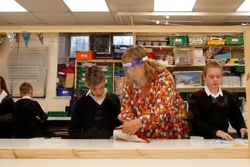 Nhiều trường học trên khắp nước Anh tái đóng cửa vì Covid-19
