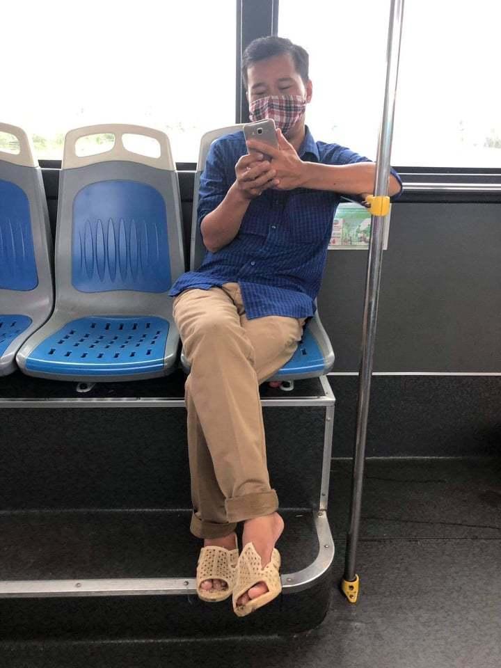 Bị nhắc đeo khẩu trang, khách sỗ sàng 'phun bọt' vào nữ phụ xe buýt