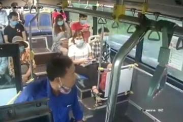Khách sỗ sàng phun nước bọt phụ xe buýt không xin lỗi, chỉ nộp phạt 700.000 đồng