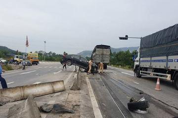 Tai nạn hy hữu, xe Camry 'vắt vẻo' trên dải phân cách giữa quốc lộ 1A