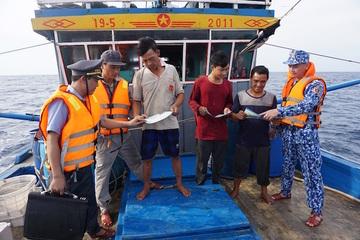 Cảnh sát biển đồng hành cùng ngư dân ra khơi, bám biển