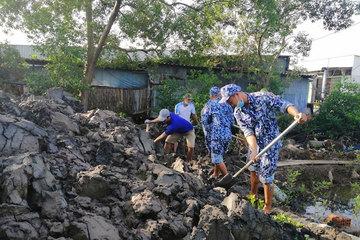 Đoàn cơ sở Hải đoàn 42 giúp nhân dân xây dựng nông thôn mới