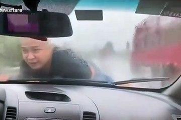 Cãi nhau với vợ, người đàn ông Trung Quốc đu trên capo hơn 20 km