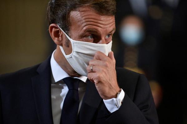 Tổng thống Pháp cởi khẩu trang để ho trước đám đông gây tranh cãi