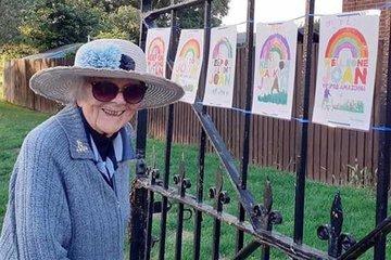 Cảm phục cụ bà 101 tuổi gây quỹ giúp các bác sĩ Anh