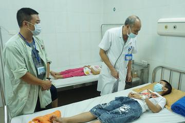 Nhà kho cơ sở cung cấp suất ăn cho trường tiểu học Tiên Dương đặt cạnh nhà vệ sinh