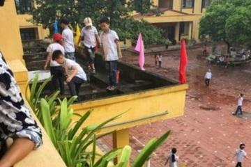 Giật mình giáo viên yêu cầu học sinh lớp 4 trèo ra ban công tầng 2 nhặt rác ở Bắc Giang