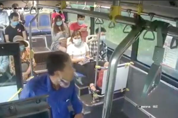 Hành khách sỗ sàng 'phun nước bọt' vào nữ phụ xe buýt từng là chủ doanh nghiệp